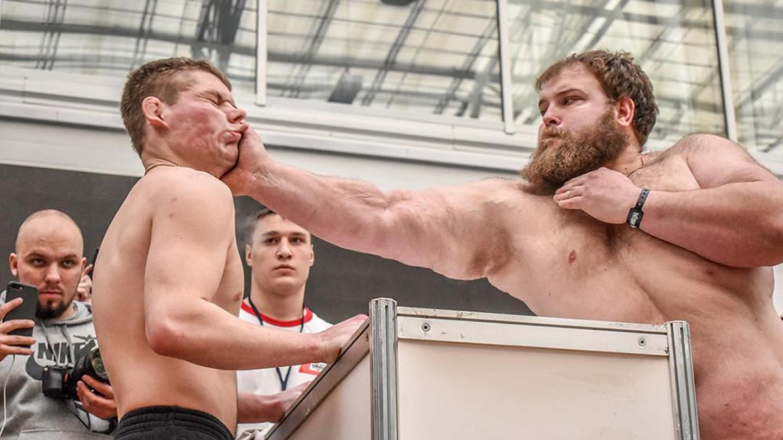 Pa ko duže ostane na nogama: U Sibiru održano takmičenje u šamaranju (Video)