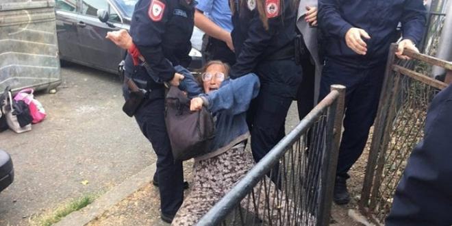 Deložirana porodica Popović – Policija ih iznijela iz kuće u kojoj žive 40 godina (VIDEO)
