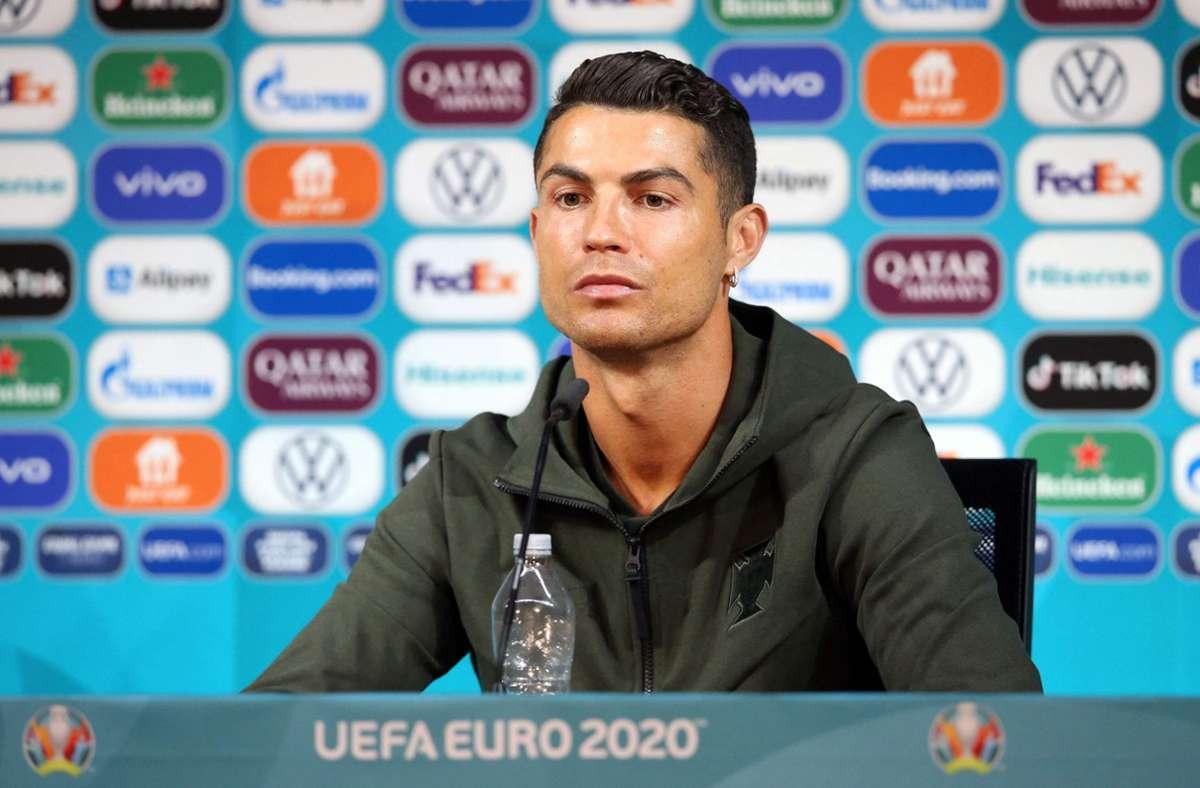 UZMITE VODU –  Cristiano Ronaldo napravio najveću antireklamu za Koka Kolu