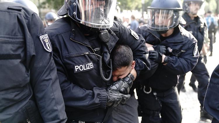 ŽRTVA PROTESTA U NJEMAČKOJ! MUŠKARAC PREMINUO NAKON ŠTO GA JE PRIVELA BERLINSKA POLICIJA!